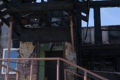 De gebrande oude houten bouw in Rusland stock afbeelding