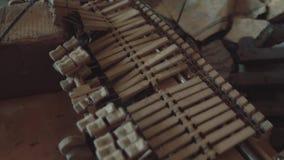 De gebroken delen van een piano liggen in een geruïneerd gebouw in het midden van huisvuil stock video