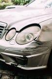 De gebroken die Auto van de Bumperluxe met Diepe Schade aan Verf wordt gekrast Ab stock foto