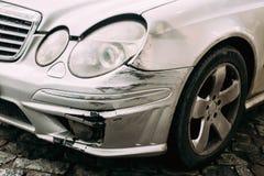 De gebroken die Auto van de Bumperluxe met Diepe Schade aan Verf wordt gekrast Ab stock afbeeldingen