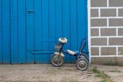 De gebroken fiets van kinderen royalty-vrije stock afbeeldingen