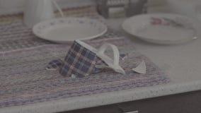 De gebroken kop, verbrijzelde kop, beschadigde mok op de keukenlijst, keuken close-up stock videobeelden