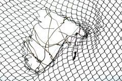 De gebroken omheining van de ijzerdraad stock afbeeldingen