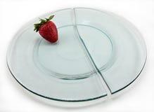 De gebroken Plaat van het Glas met Aardbei--Geïsoleerda Royalty-vrije Stock Afbeeldingen