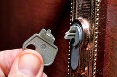 De gebroken sleutel in het slot stock foto's
