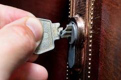 De gebroken sleutel in het slot stock fotografie