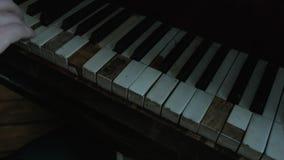De gebroken sleutels van de oude grote piano waarop de musicus speelt De camera filtert de sleutels Uitstekend muzikaal instrumen stock footage