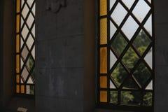 De gebroken vensters van het stadsgebrandschilderde glas royalty-vrije stock foto