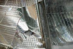 De gebroken voorzijde van de Lampkoplamp van oude auto stock afbeeldingen