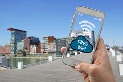 De gebruiker met smartphone gebruikt vrije wifi stock afbeeldingen