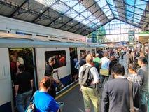 De gebruikers van de treindienst in Londen Stock Foto's