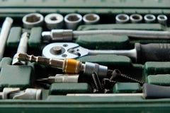 De gebruikte die doos van het schroevedraaierblok met stof wordt geplaatst moet worden schoongemaakt stock afbeeldingen
