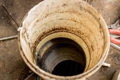 De gebruikte Olie Vuile Zwarte Vloeistof in Witte Emmer - Concrete Grond - recycleert - Milieuvriendelijk royalty-vrije stock afbeelding
