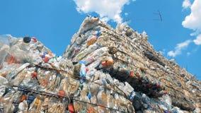 De gebruikte plastic flessen storaged in gedrukte blokken in openlucht klaar voor recycling Afval recyclingsconcept stock footage