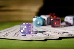 De gebruikte speelkaarten en purple dobbelen Royalty-vrije Stock Afbeeldingen