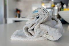 De gebruikte, witte tegendoek voor het afvegen en het schoonmaken, het zitten scrunched omhoog op countertop stock afbeeldingen