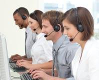 De geconcentreerde agenten van de klantendienst Stock Fotografie