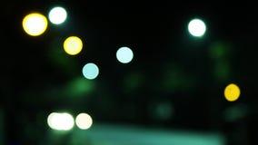 DE-geconcentreerde nachtverkeerslichten stock video