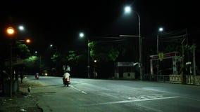 DE-geconcentreerde nachtverkeerslichten in Chennai stock videobeelden