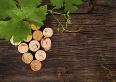 De gedateerde wijnfles kurkt op de houten achtergrond Royalty-vrije Stock Afbeeldingen