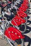 De gedeelde fietsen worden opgesteld in de straat Stock Foto's
