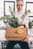 De gedeprimeerde in brand gestoken doos van de onderneemsterholding met bezittingen stock afbeelding