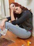 De gedeprimeerde maar aantrekkelijke vrouw overweegt overdosis Stock Foto
