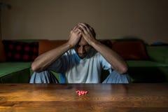 De gedeprimeerde mens die aan zelfmoorddepressie lijden wil zelfmoord begaan door sterke geneesmiddeldrugs en pillen te nemen stock afbeeldingen