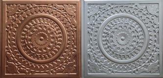 De gedetailleerde close-upmening van donker bruin kleuren binnenlands decoratief plafond betegelt luxeachtergrond Stock Afbeelding