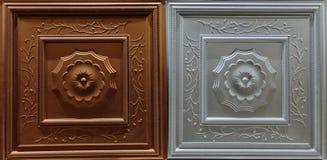 De gedetailleerde close-upmening van donker bruin, zilveren kleuren binnenlands decoratief plafond betegelt luxeachtergrond Royalty-vrije Stock Foto