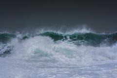 De gedetailleerde golf die van het de winteronweer en op kust breken bespatten Royalty-vrije Stock Foto's