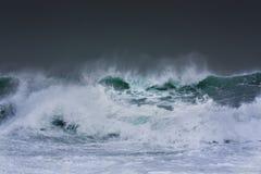 De gedetailleerde golf die van het de winteronweer en op kust breken bespatten Stock Fotografie