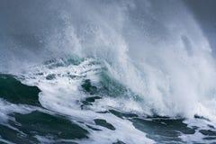 De gedetailleerde golf die van het de winteronweer en op kust breken bespatten Royalty-vrije Stock Afbeeldingen