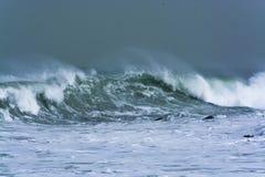 De gedetailleerde golf die van het de winteronweer en op kust breken bespatten Royalty-vrije Stock Foto
