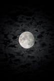De gedetailleerde maan op achtergrond van de bewolkte nachthemel Royalty-vrije Stock Afbeeldingen