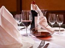 De gediende lijst met rode wijn bij restaurant Royalty-vrije Stock Foto