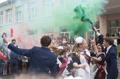 De gediplomeerde dans met rookvuurwerk bij de vakantie duurt vraag royalty-vrije stock fotografie