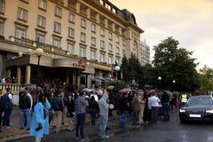 De gediplomeerden komen bij prom, Plovdiv Bulgarije aan stock afbeeldingen