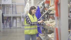 De gedragingen die van de pakhuisarbeider met streepjescodescanner rekenschap geven royalty-vrije stock foto's