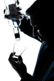 De gedronken gietende lege alcohol van het silhouet mens botlle stock fotografie