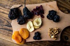De gedroogde pruimen en de droge de Amerikaanse veenbessenokkernoten van abrikozenrozijnen drogen banan droge peer royalty-vrije stock afbeelding
