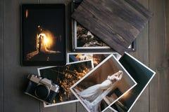 De gedrukte huwelijksfoto's, de houten doos, een uitstekende zwarte camera en een zwarte tablet met een beeld van een huwelijk ko royalty-vrije stock foto