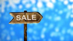 De gedrukte oude verkoop van de verftekst, op houten pijlenverkeersteken Stock Fotografie