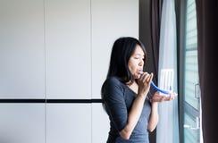 De geduldige Aziatische vrouw incentivespirometer met behulp van of drie ballen die voor bevorderen long Royalty-vrije Stock Foto