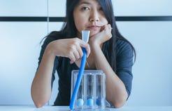 De geduldige gebruikende aansporingsspirometer of drie ballen voor bevorderen long Royalty-vrije Stock Foto's