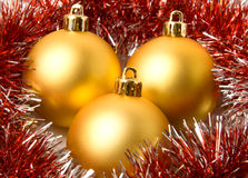 De geel ballen van Kerstmis en bont-boom klatergoud Royalty-vrije Stock Foto's