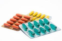De geelgroene en oranje pillen van gelatinecapsules in blaarpak Royalty-vrije Stock Fotografie