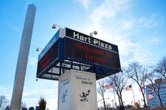 De Geest van Detroit ` s Hart Plaza Electronic Sign With ` van het Embleem van Detroit ` en `-Onthaal aan Detroit ` Royalty-vrije Stock Afbeelding