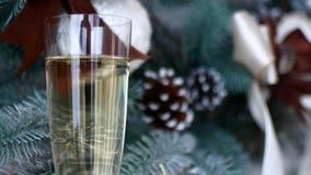 De geest van Kerstmis? met Kerstman en Noel Een glas champagne in het Nieuwjaar` s decor van het huis stock footage