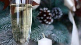De geest van Kerstmis? met Kerstman en Noel Een glas champagne in het Nieuwjaar` s decor van het huis stock videobeelden